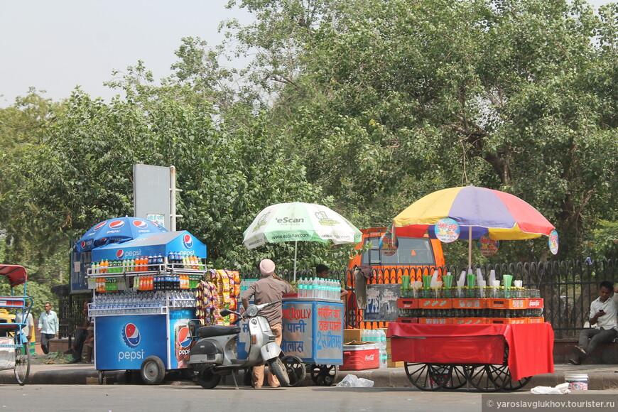 Вдоль улиц много мини-рынков, где в наибольшем количестве продают воду.