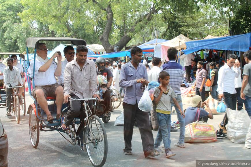Туристы тоже пользуются услугами велорикш.