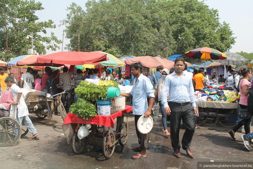 Мина-базар в Старом Дели возле мечети Джама-Масджид.