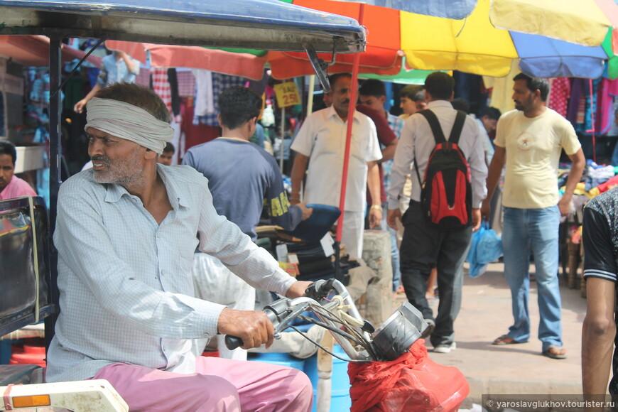 Людей и транспорта на базаре очень много.