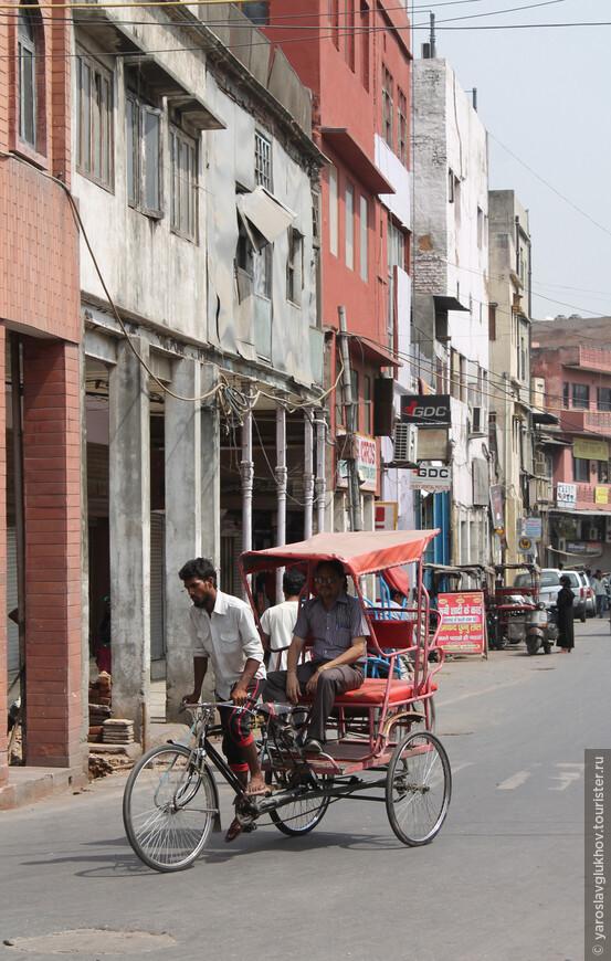 По Старому Дели очень удобно передвигаться на велорикше.
