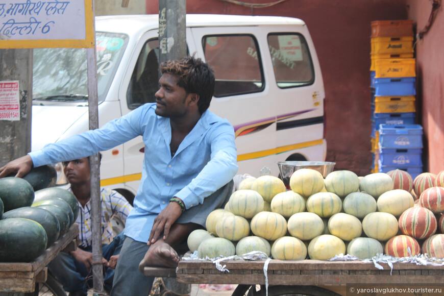 А здесь уже торгуют арбузами и другими фруктами.