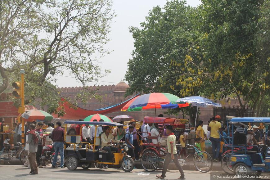 Вдоль улицы Нетаджи-Субхаш-марг, возле стен Красного форта, тоже много ларьков с едой и питьём.