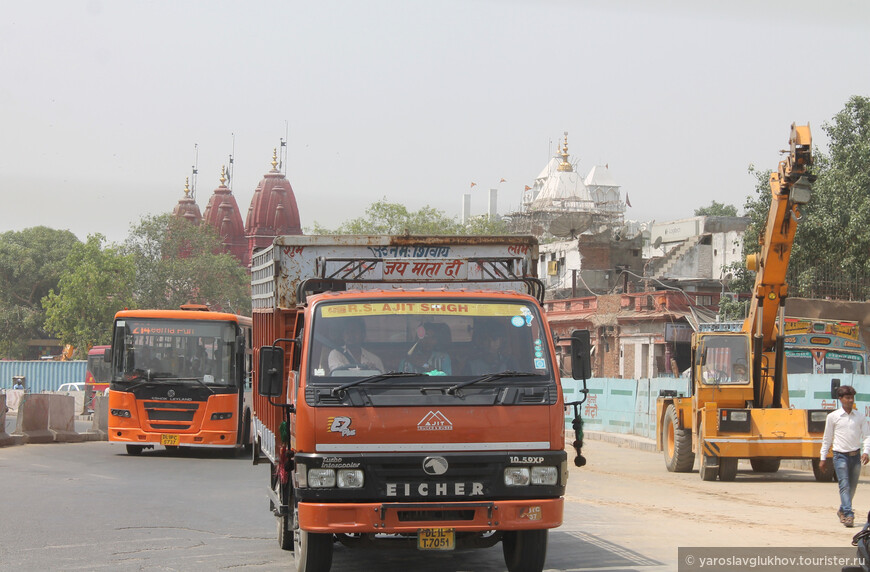 Слева виден красный джайнский храм Лал Мандир, а справа — белый храм Шри-Гори-Шанкар Мандир.