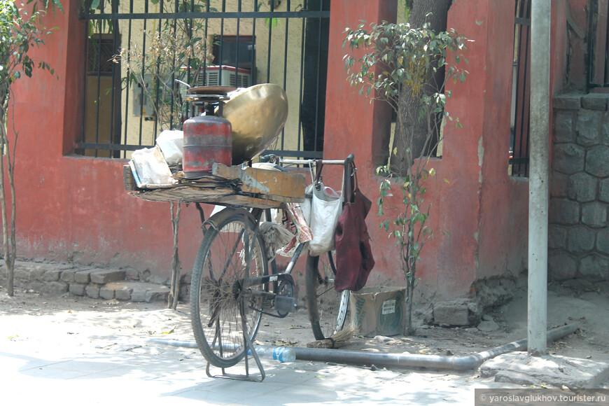Велосипед тоже используется для передвижения по Дели.