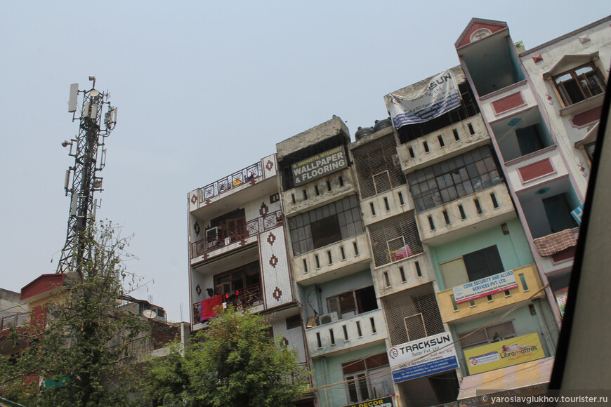 Обратите внимание, что этажи в здании разной высоты. Это потому что каждый надстраивал себе этаж такой высоты, какой захотел. Официально разрешено строить по 3 этажа, но многие нелегально достраивают 4-й, а то и 5-й.