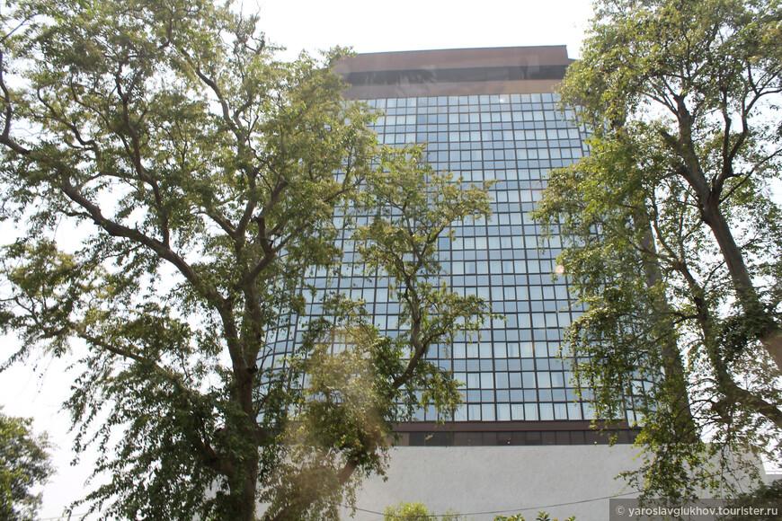 Одно из немногих современных зданий в центре Дели.