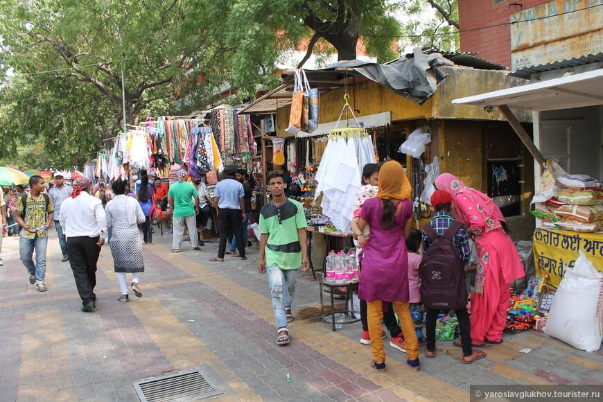 Базар возле гурдвары Бангла Сахиб.