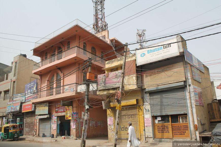 Обычно все первые этажи зданий заняты магазинами.