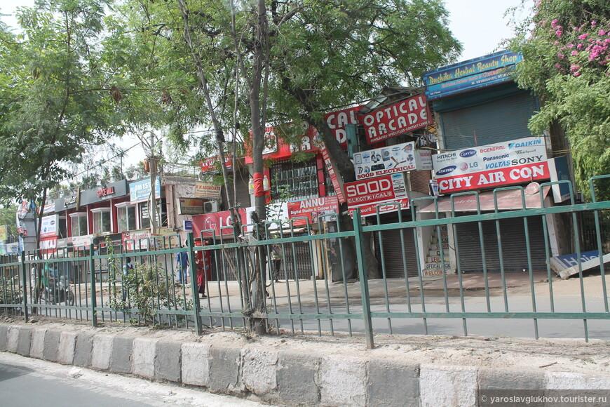Многие делийские улицы вот так разделены, чтобы никто не сог выехать на встречку.