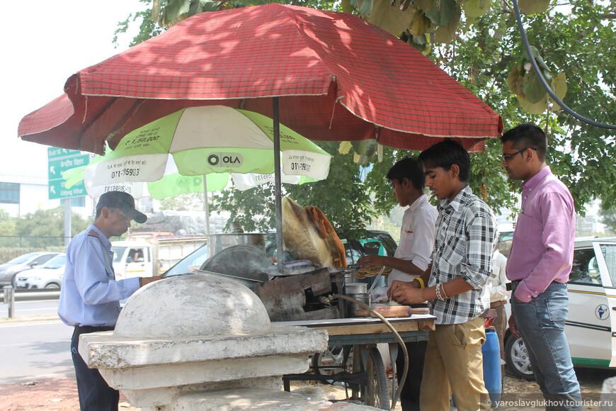 В пригороде Гургаоне. Какая-то небольшая закусочная на колёсах.