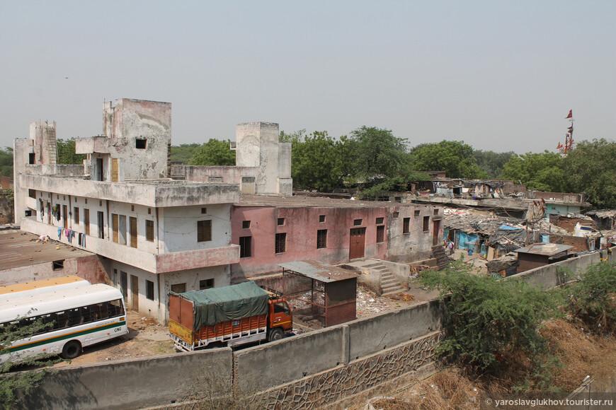 Районы в Дели есть разные: есть побогаче, есть победнее.