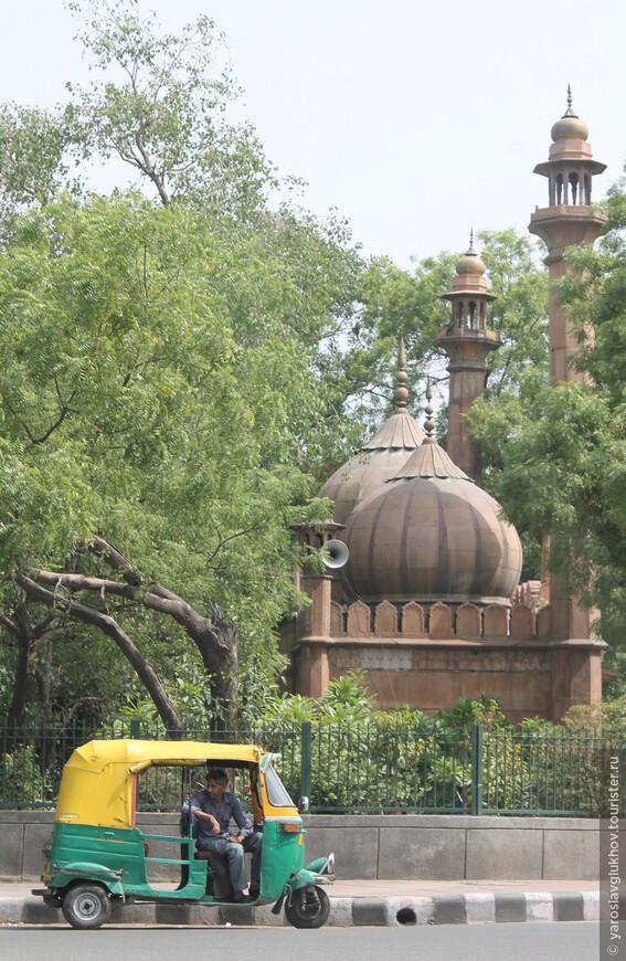 Тук-тукер в ожидании пассажиров где-то в Старом Дели.