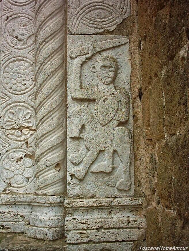 А мы теперь рады и любуемся и расшифровываем символику раннего христианства барельефно застывшую в камне фасада и капителей колонн.