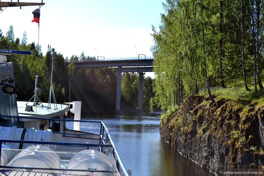 Берега часто соединяют мосты. В настоящий момент имеется 12 автомобильных мостов: 6 на территории России —и 6 на территории Финляндии).Из них  7 мостов - разводные (4 на территории России  и 3 на территории Финляндии. Имеется и 2 неразводных железнодорожных моста:  один на территории России и один в Финляндии.