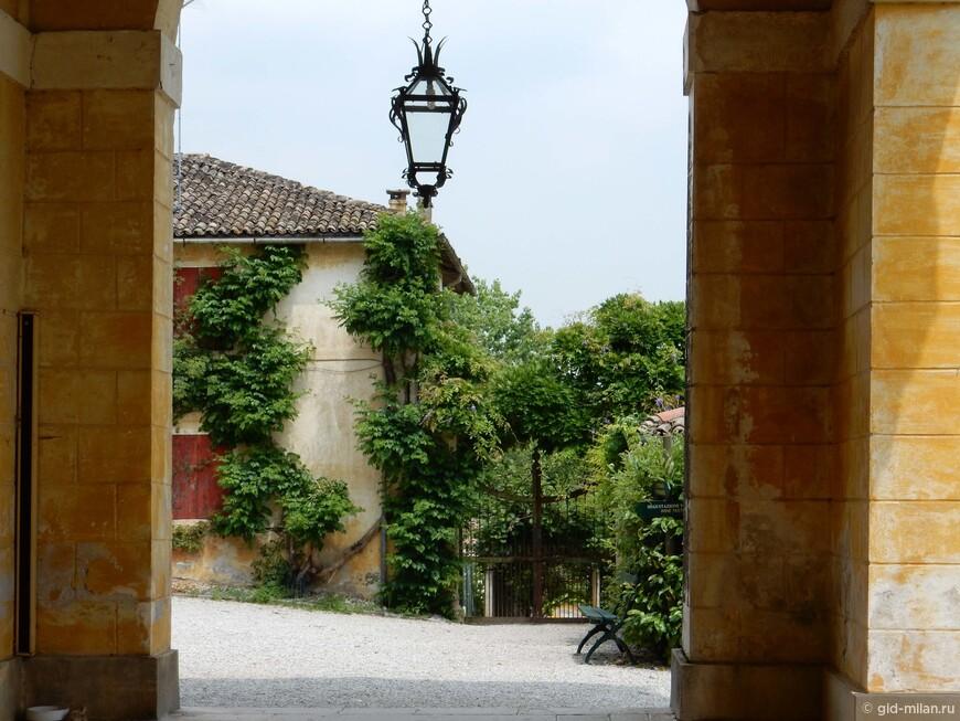 Уголок Виллы Мазер, одной из самых знаменитых вилл архитетора Палладио. К сожалению, нельзя делать фото на самой вилле, а там прекрасные фрески Веронезе