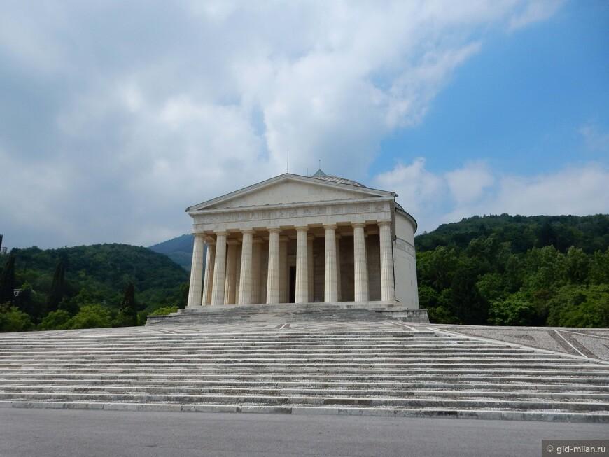 Самый гениальный скульптор Европы эпохи Классицизма Антонио Канова покоится в этой церкви, так похожей на античный храм,