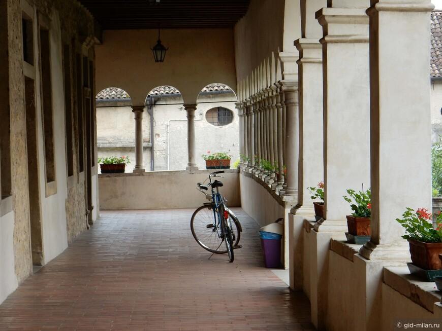Монахи предпочитают велосипед.