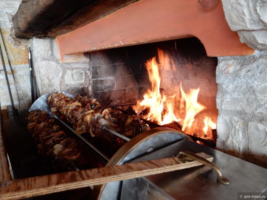 Вкуснейшее местное блюдо, мясо кролика, свинина и говядина на одном мега-вертеле.
