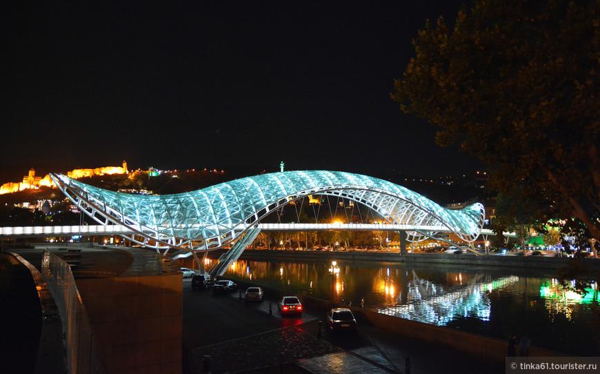 С вечерней подстветкой Мост Мира смотрится особенно эффектно.