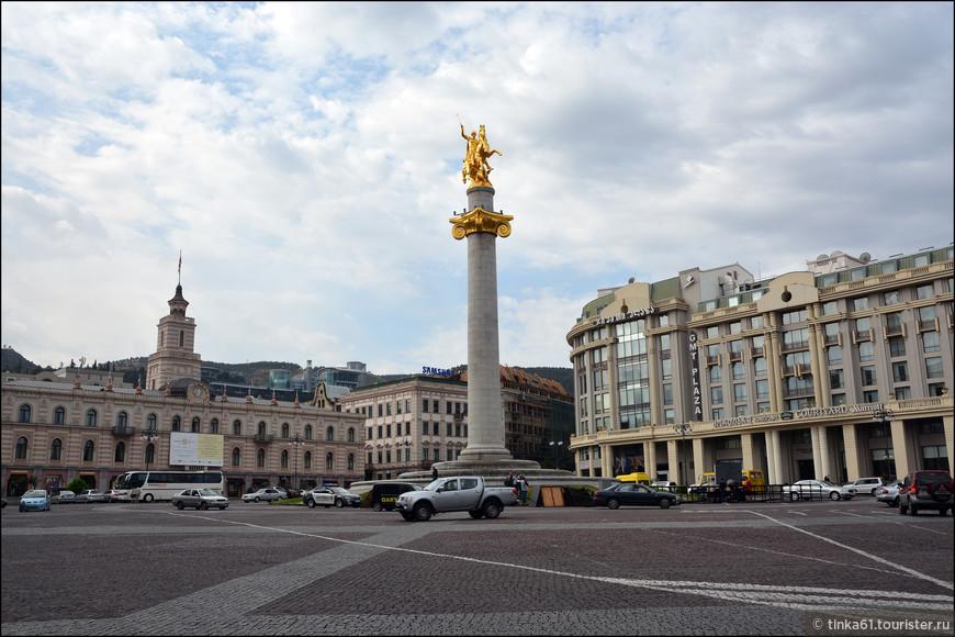 Площадь Свободы, в центре которой возвышается колонна с  позолоченным изображением Святого Георгия.