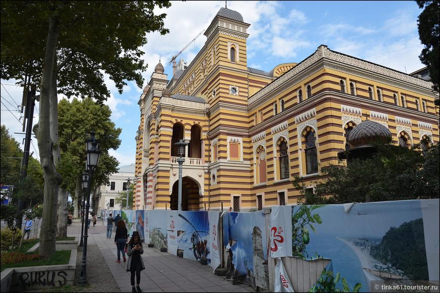 Театр оперы и балета  имени Палиашвили на проспекте Руставели, крупнейший музыкальный театр Грузии.
