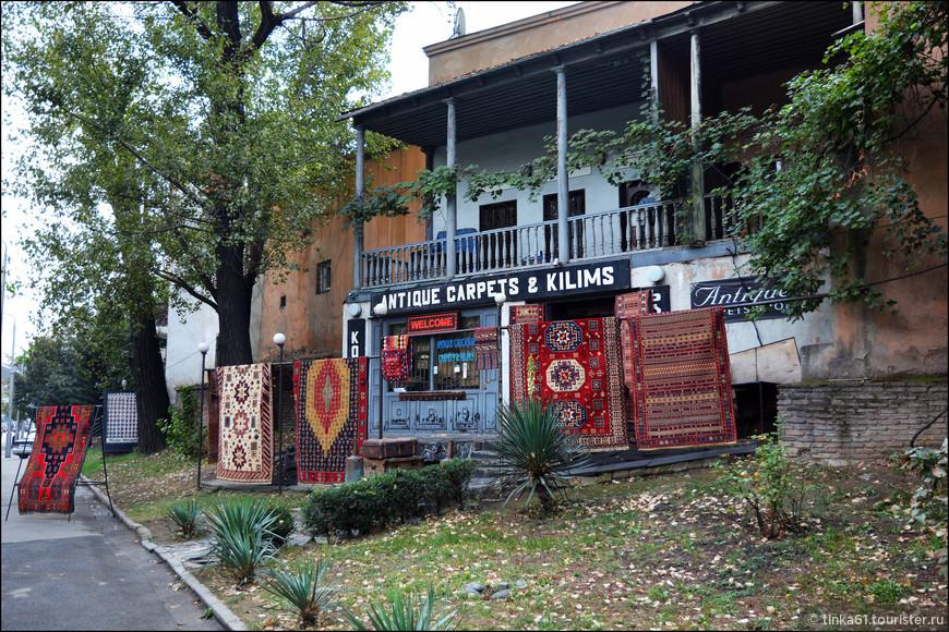 Магазин ковров рядом с Сухим мостом.