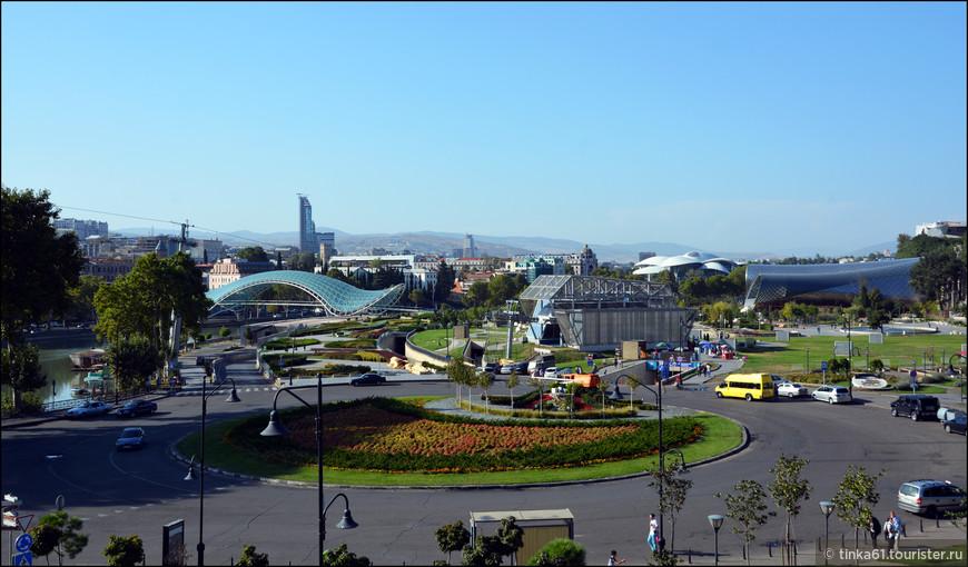 Вид со смотровой площадки храма Метехи на парк Рике, который появился в Тбилиси в мае  2010 года, ко Дню независимости Грузии.