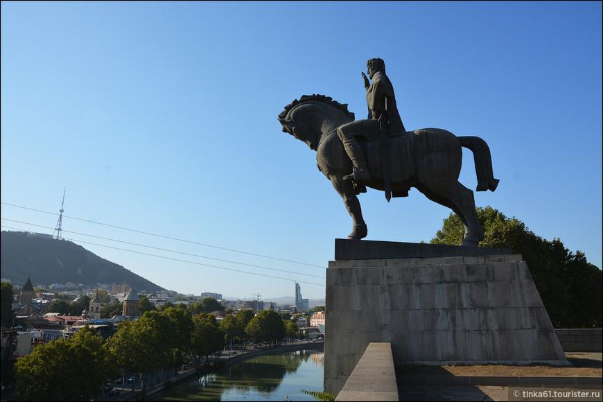 В 1961 году площадка перед храмом Метехи на скале украсилась конной статуей  знаменитого грузинского царя  Вахтанга Горгасала,