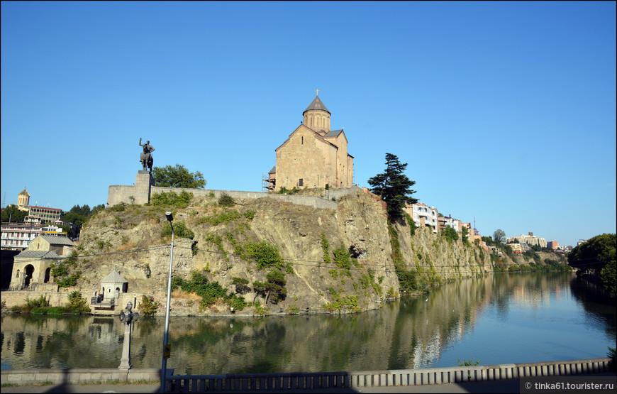 Вид на храм Метехи днём.  Храм 17 века очень эффектно построен на скале на берегу реки Кура.