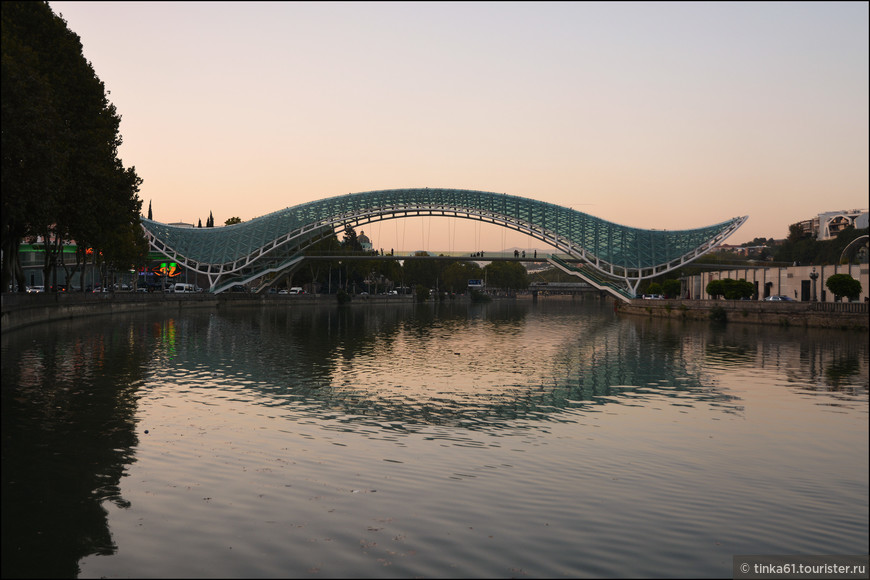Мост Мира - мост пешеходный, который соединяет Тбилиси исторический и Тбилиси современный.  Мост Мира является одной из самых новых масштабных построек в столице Грузии за последние несколько лет. Он состоит из 156-метрового стального каркаса, покрытого стеклом. Возведен в 2010 г. итальянским архитектором Микеле де Луки.
