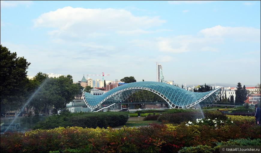 Мост Мира, пожалуй, самая фотографируемая достопримечательности Тбилиси. Мост очень эффектный, ультрасовременный.