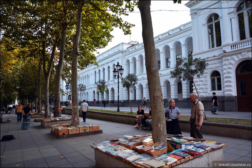 Книжные развалы на проспекте Руставели.
