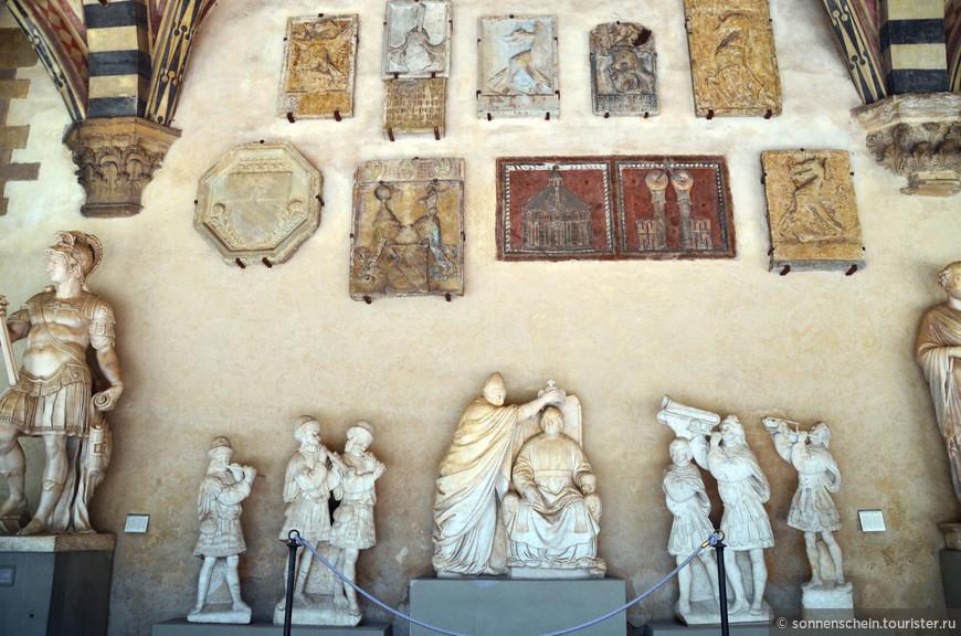 Заплатив за вход 4 евро я пошла бродить по практически пустому двору. Вдоль стен стоят статуи XVI века скульпторов Бандинелли, Амманнати, Джамболоньи и Данти.