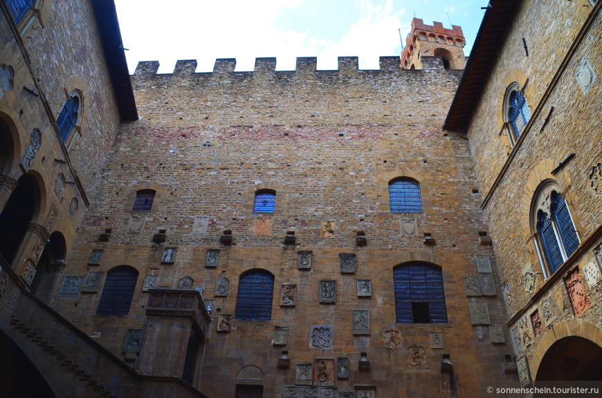 Национальный музей расположен в одном из старейших зданий Флоренции, датируемое 1255г. Первоначально штаб Capitano del Popolo , а затем Podestà, дворец стал в шестнадцатом веке резиденцией Bargello-главы полиции, от которого и получил свое название, а на протяжении всего 18 века использовался в качестве тюрьмы.