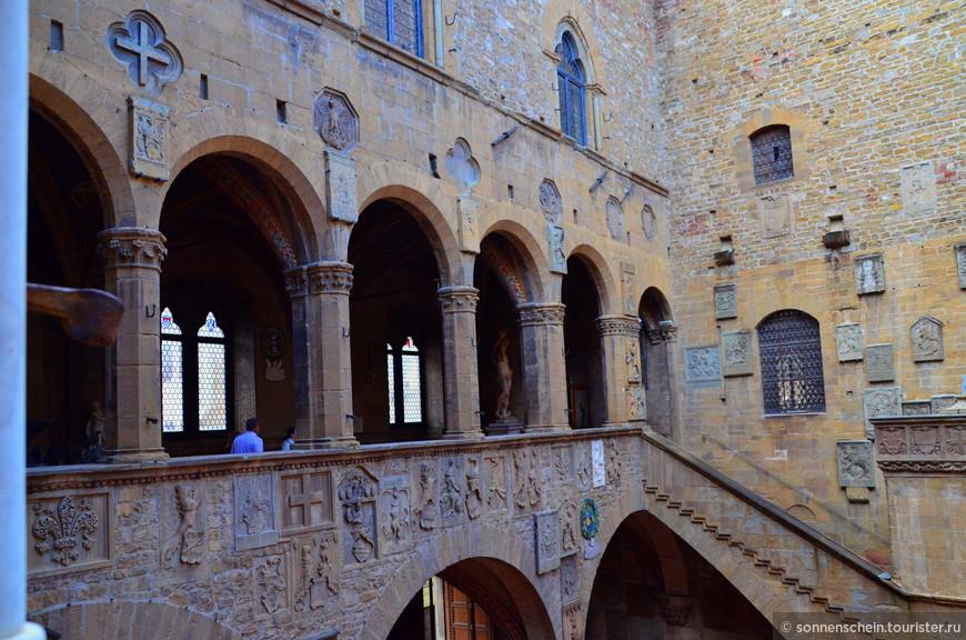 На протяжении 14 - 15-го в. дворец подвергался целому ряду изменений и дополнений, сохранивший несмотря на это свою гармоничную строгость, лучше всего выраженную красивым двором, балконом, большим залом на первом этаже.
