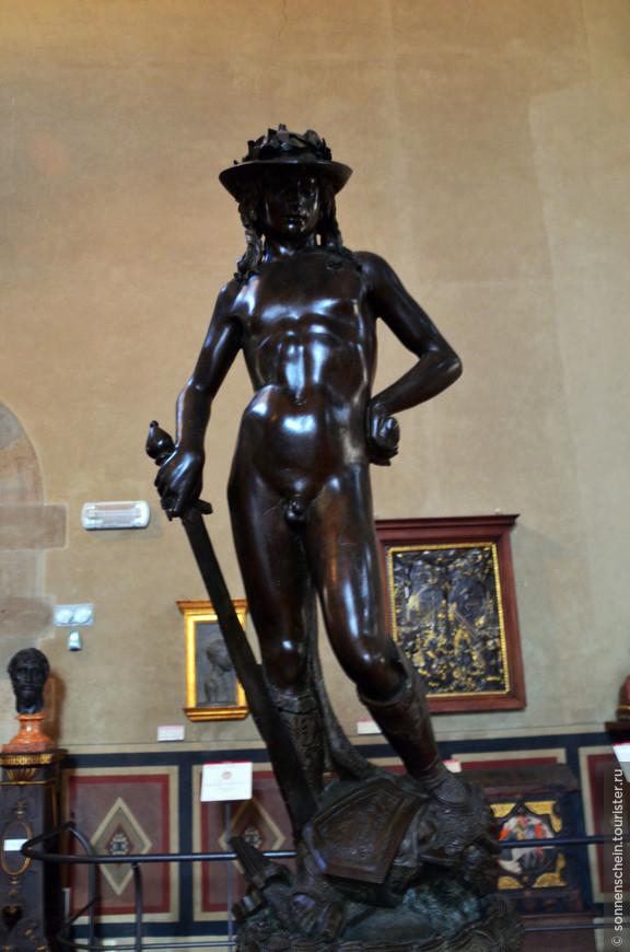 """""""Давид"""" работы Донателло, бронза,1440г. Среди творений Донателло особенно замечательна бронзовая полутораметровая статуя юного Давида - первое изображение свободно стоящего обнаженного человеческого тела в скульптуре Возрождения. Статуя «Давида» была создана в наиболее классический период творчества мастера, вероятно, для фонтана посредине внутреннего двора палаццо Риккарди-Медичи. Впервые она упоминается, стоящей на этом месте, в отчете о свадьбе Лоренцо Медичи в 1469 году.В средние века почти на тысячу лет обнаженная фигура как нечто греховное была практически исключена из сферы искусства. В некоторых случаях ее допускали, как например, Адам и Ева в сценах «Грехопадения» или «Изгнания из рая», но при этом в нагом теле подавлялся всякий намек на чувственность и естественность, а также при изображении декоративных фигурок младенцев и гениев. После «Давида» Донателло обнаженная фигура стала неотъемлемой частью нового гуманистического искусства. Скульпторов Высокого Возрождения больше привлекало изображение цветущей и мускулистой наготы. В статуе Давида сохраняются отголоски готики - в постановке фигуры, характерного готического изгиба тела, движении тонких, в лице, склоненное и прикрытое полями шляпы. Но все же в этой статуе Донателло воплотил смелый порыв, динамизм, одухотворенность, более чем в ранних и поздних своих произведениях. По сути эта фигура завершает период закладывания основ Возрождения и знаменует начало новой эпохи в истории итальянского искусства."""