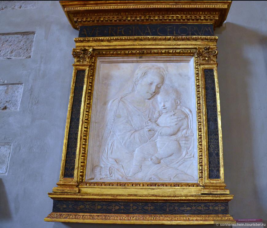 Работы мастера окружены работами его учеников: Дезидерио да Сеттиньяно (1430-1464) и Антонио Росселлино (1427-1479). Коллекция также включает в себя две панели Лоренцо Гиберти и Филиппо Брунеллески, участвовавшие в конкурсе в 1401 на изготовление бронзовых дверей в Баптистерий.