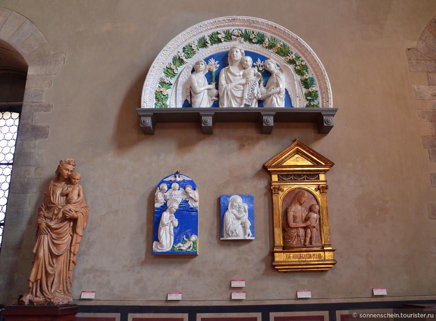 """Коллекция периода Возраждения включает глазурованные терракоты Луки делла Роббья(1400-1482), с весьма неординарной группой """"Мадонна с младенцем""""."""