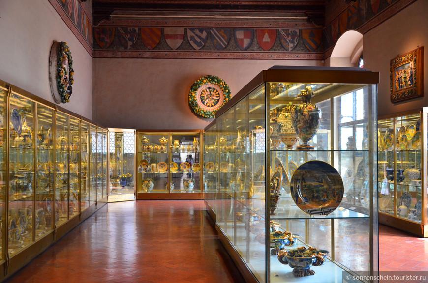 Изделия из слоновой кости-примеры римской и византийской эпох, вплоть до средневековой глазури и фарфора из Лиможа, немецкие и французские произведения из золота, исламские бронзовые предметы, коллекции венецианского стекла Великого Герцогства.