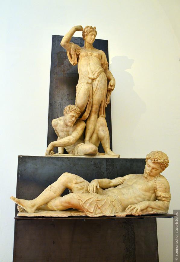 В Зале под открытой лестницей находятся произведения Мике-ланджело: Вакх (1496 г.) - ранняя работа мастера; большой круглый рельеф - Тондо Пипипи -Мадонна, обучающая чтению Иисуса и Иоанна Крестителя; Давид, или Аполлон (1530 г.), и Брут (1540 г.). Здесь также представлены работы скульпторов Амманнати, Джамболоньи (включая его знаменитого Меркурия, 1564 г.), Триболо, Данти, Франкавиллы и Сансовино, который, полемизируя с Микеланджело, изваял своего Вакха.