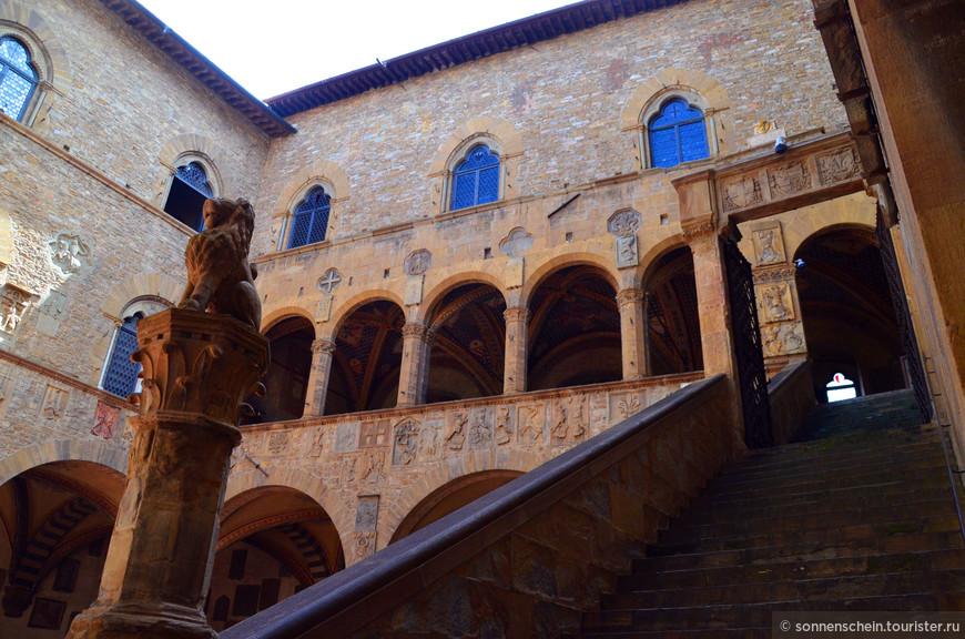 Снаружи здание разделяют на три части два горизонтальных пояса. Окна имеют различную форму: в верхней части здания - одинарные или парные, внизу - с ригелями. Верх здания украшен выступающим зубчатым карнизом, образованным небольшими арками и консолями.С внутренней стороны здание окружает Двор с портиками по трем сторонам, пилонами и аркадами. Живописная открытая лестница, построенная в XIV веке архитектором Нери ди Фьораванте, ведет в верхиюю Лоджию работы Тоне ди Джованни (1319 г.).