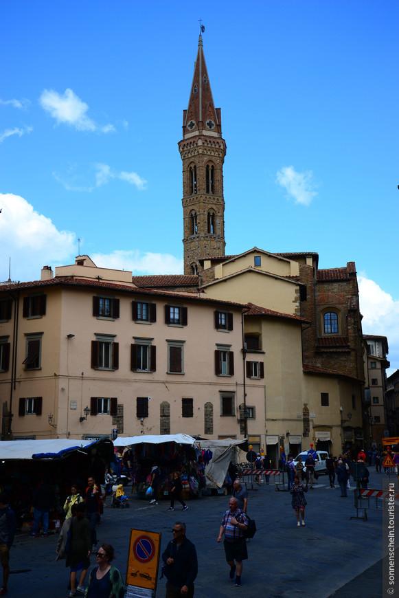 Бадиа-Фьорентина, заметна издали благодаря очень высокой и красивой колокольне.Аббатство основано в 978 году матерью маркграфа Тосканы Уго ди Тоскана. Я ходила и дёргала за все ручки,но всё было закрыто.