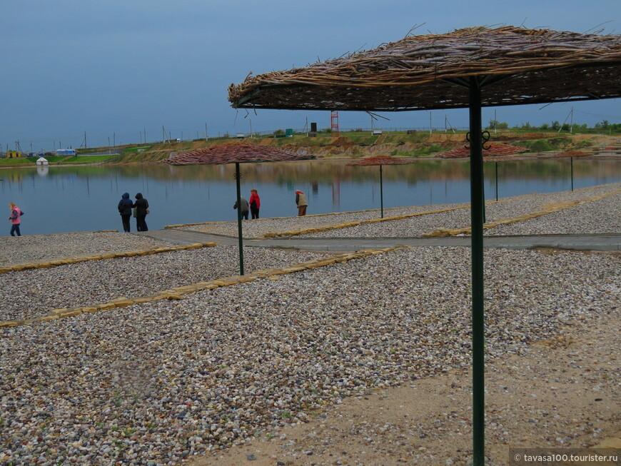 Солёное озеро Развал. В 1906 году во время сильного половодья воды реки Песчанки прорвались в старый, заброшенный соляной карьер, затопили его. И теперь тут вода настолько насыщена солью, что легко удерживает человека, делает его как будто невесомым.