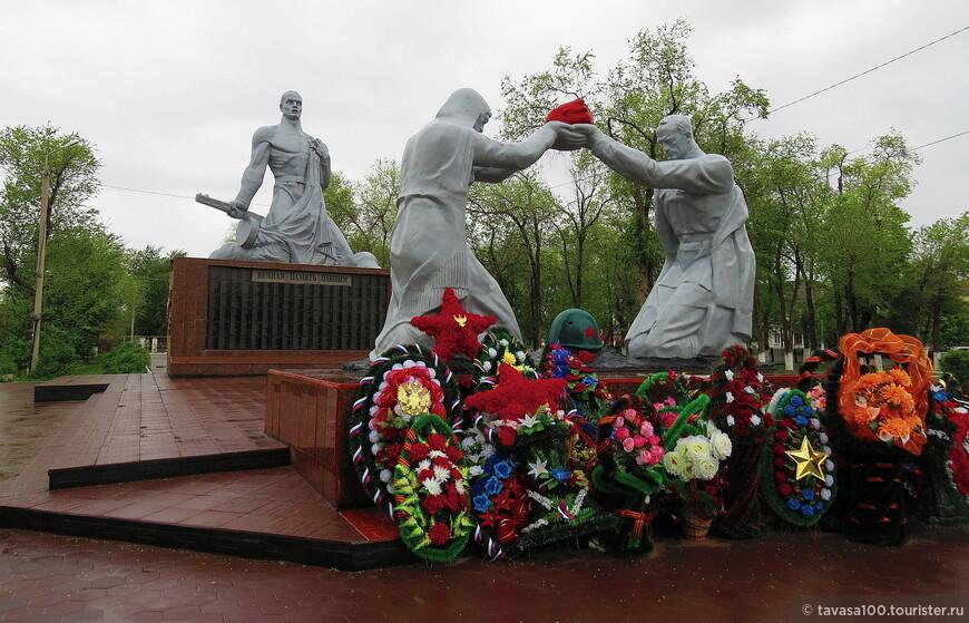 В 1985 году был установлен памятник-мемориал «Погибших в Великую Отечественную войну».  Между двумя обелисками, по центру, лежит пятиконечная звезда, в центре которой горит вечный огонь – символ памяти потомков.