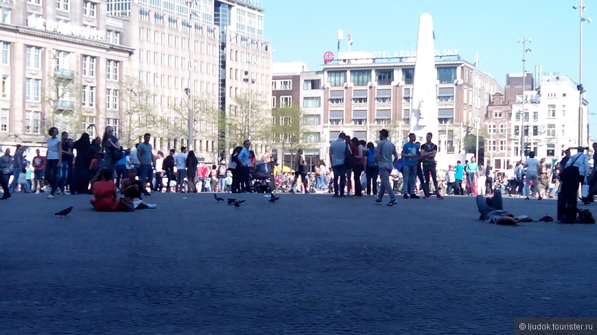 Люди на площади отдыхают