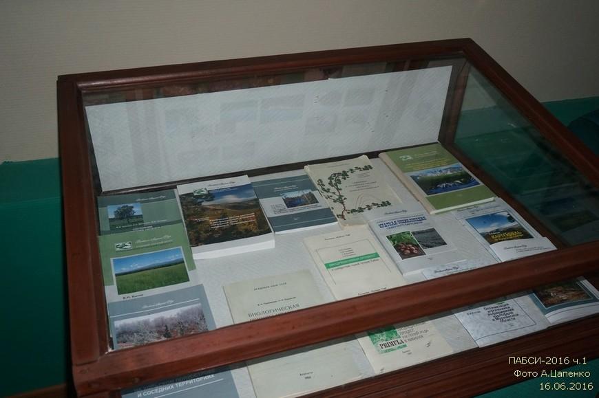 Стенды лаборатории почвоведения и лаборатории физиологии растений.