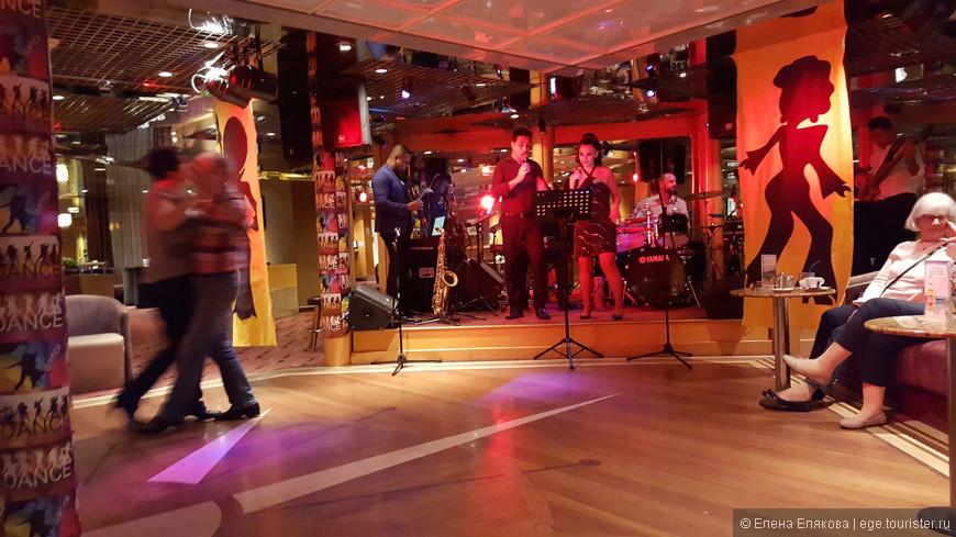 Поздний вечер первого дня круиза, бар Рандеву, играет и поет латиноамериканская группа, в казино тоже музыка и другой латиноамериканский коллектив. Мы не любители всяких выступлений, только, если послушать попивая кофе (или что-то другое).