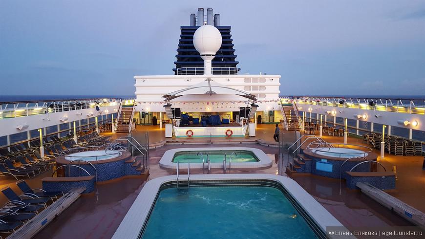 Вечерняя верхняя палуба — никого нет, а ветер очень сильный, но не такой, как на носу судна.