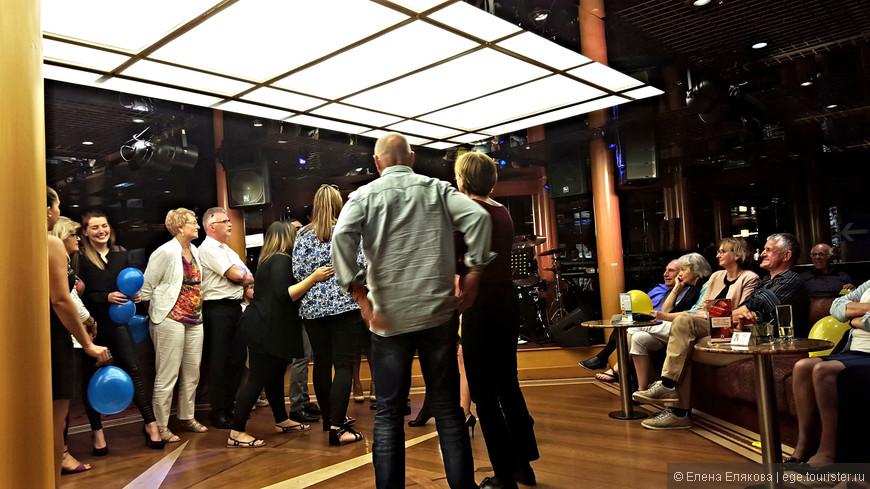 После вулкана Стромболи мы были в баре Рандеву, где сначала была игра в бинго за 1 евро, а потом анимация для французов — что-то вроде игры «Угадай мелодию» для 2-х команд.